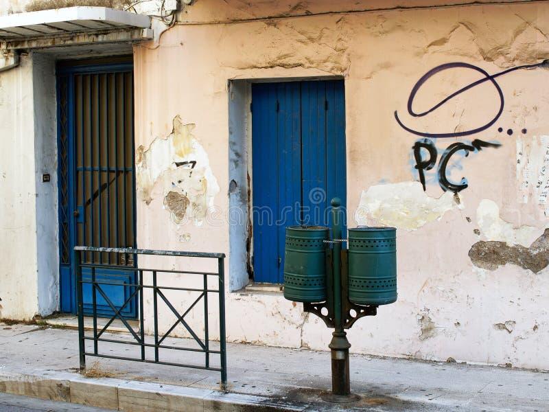 Graffiti sulla vecchia costruzione dello stucco fotografia stock