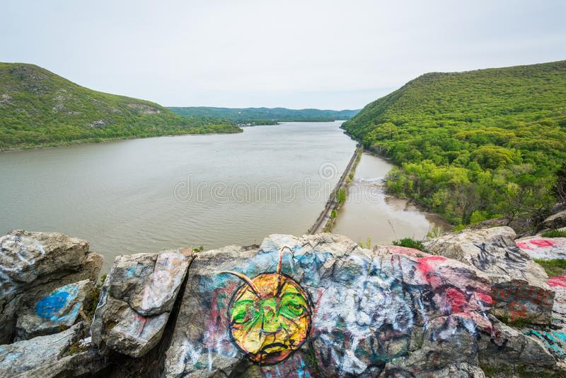 Graffiti sulle rocce e punto di vista di Hudson River, a re State Park della tempesta, New York fotografia stock libera da diritti