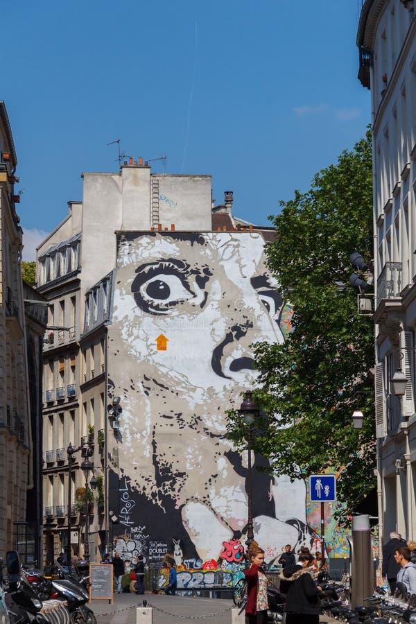 Graffiti sur le mur d'une maison à Paris images libres de droits