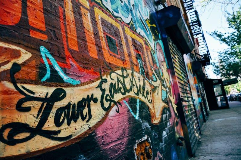 Graffiti sur un vieux bâtiment dans le côté est inférieur de Manhattan images libres de droits
