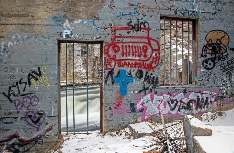 Graffiti unter den Ruinen entlang dem Fluss stockfoto