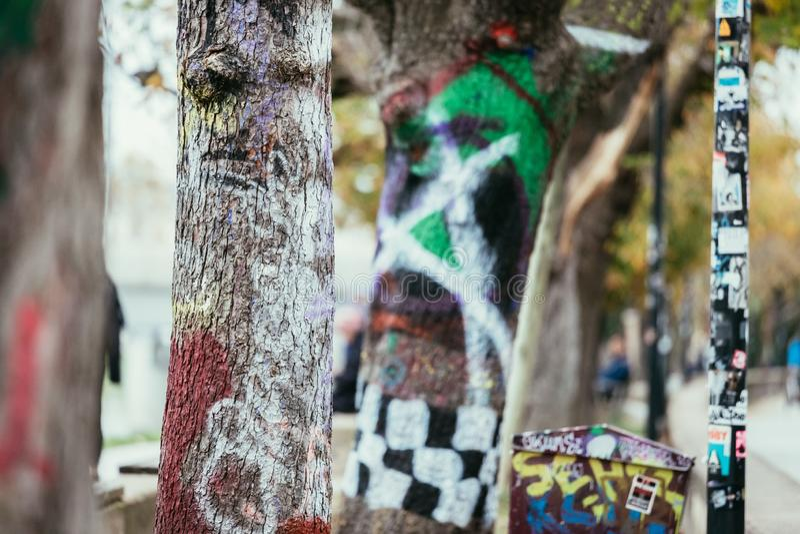 Graffiti urbain sur des arbres et des murs image libre de droits
