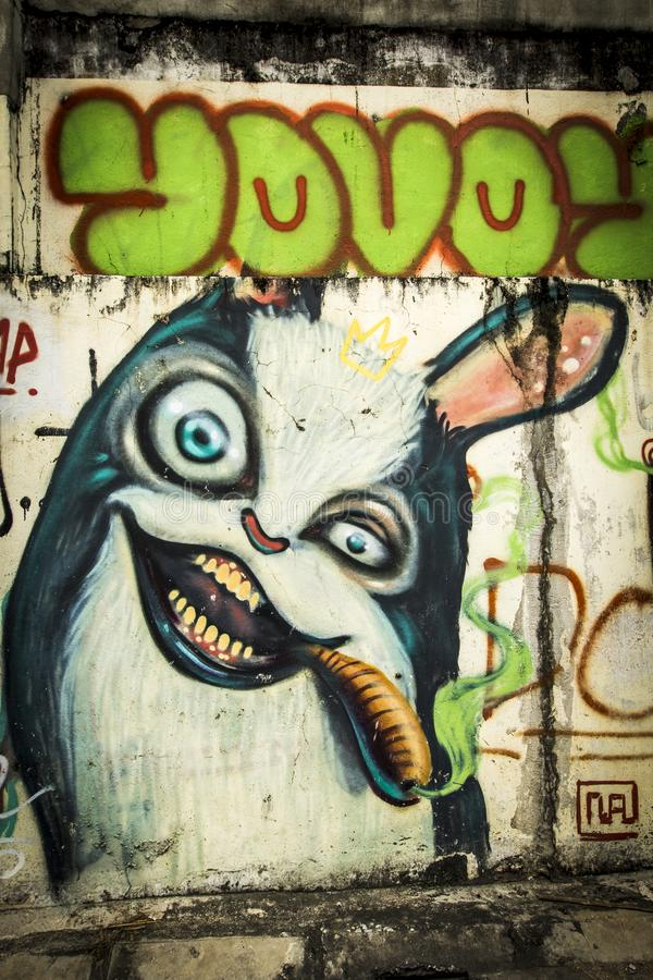Graffiti van beeldverhaal rokende sigaar in Chiang Mai stock fotografie