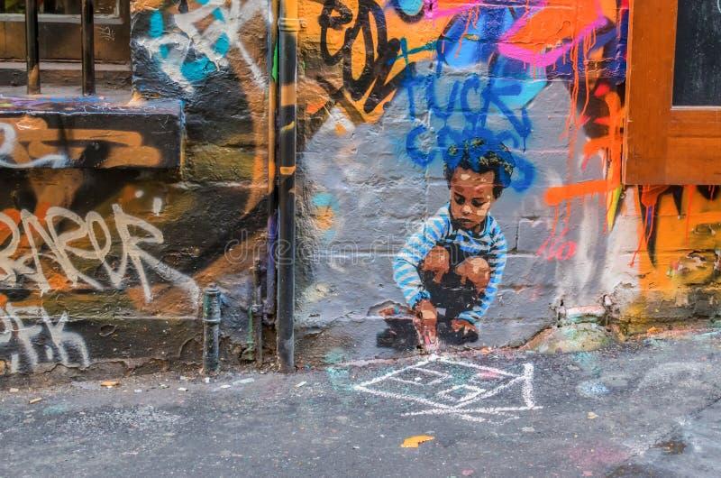 Graffiti van een jong geitje dat een huis op de bestrating trekt royalty-vrije stock fotografie