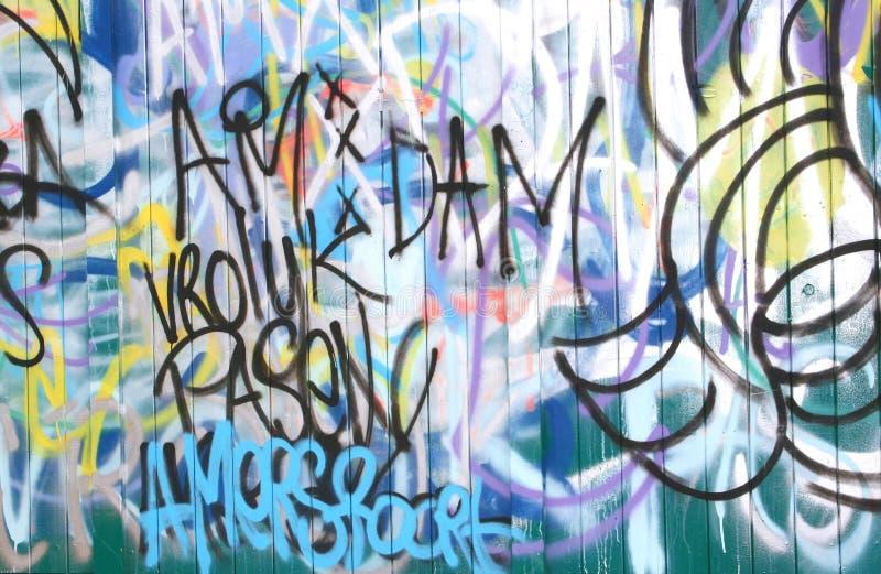 Graffiti variopinti ad una parete di legno fotografia stock libera da diritti