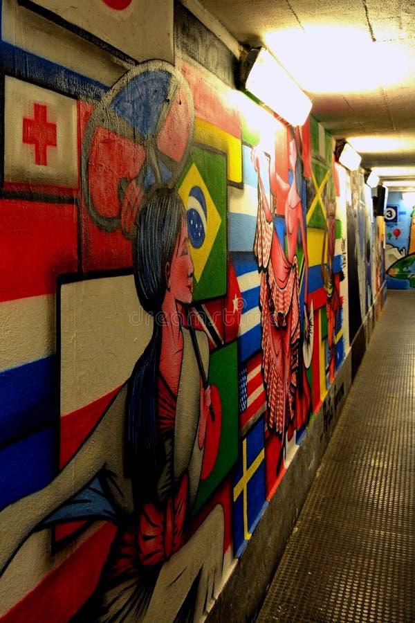 Graffiti variopinti sulla parete sotterranea fotografia stock