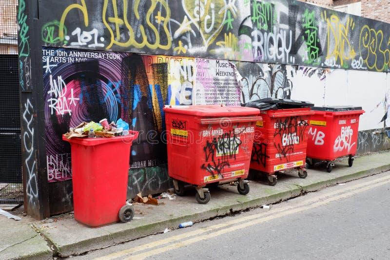 Graffiti Wand-und Wheelie-Mülleimer stockbild