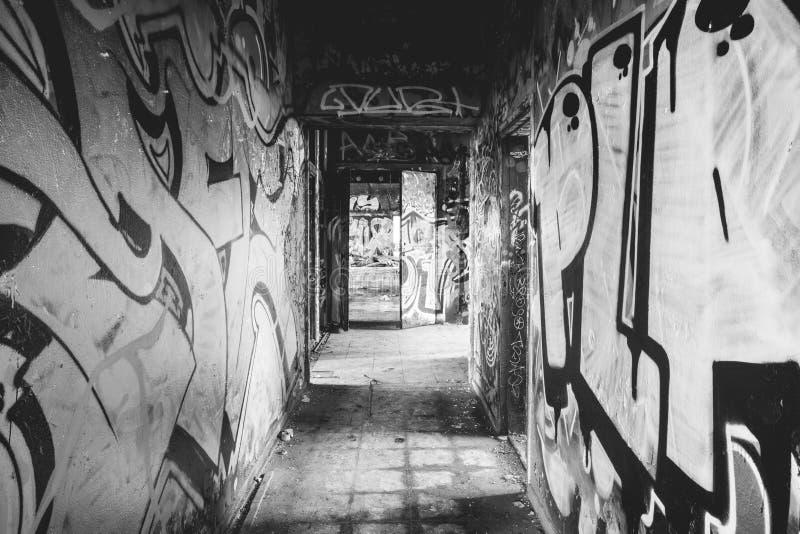 Graffitikorridor in verlassener Fabrik stockfoto