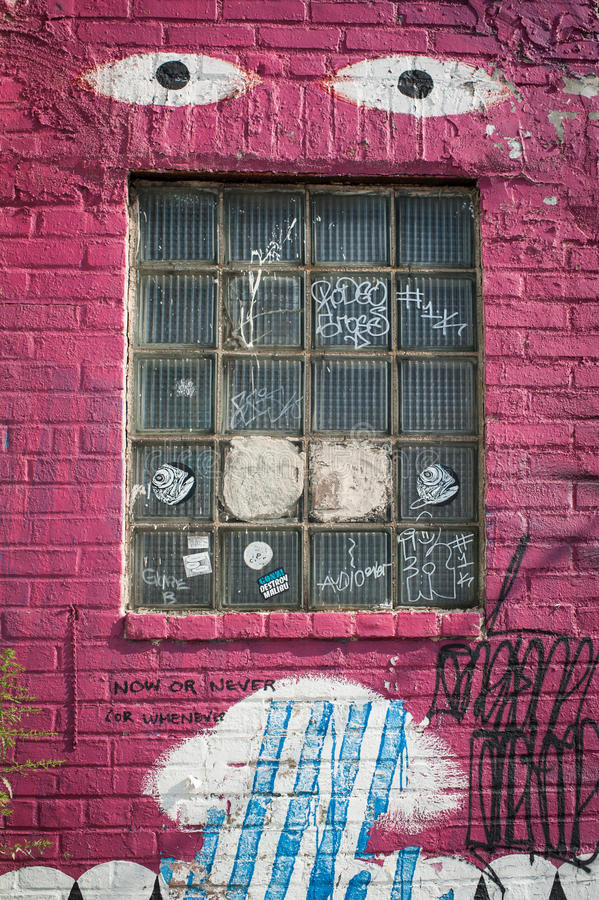Graffitikunst-Gebäudefenster stockbilder
