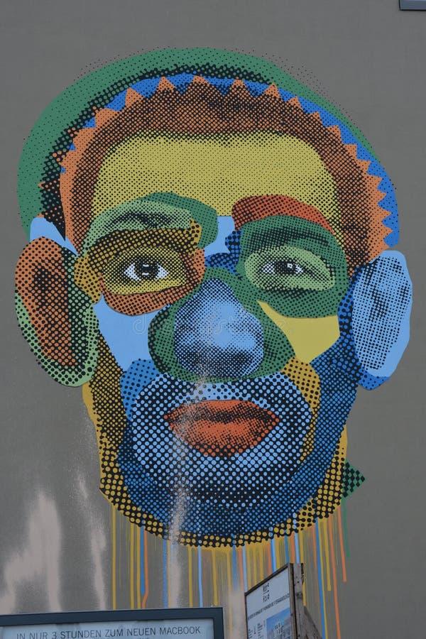 Graffitikunst van een kleurrijk portret in Annen straße Berlijn stock foto's