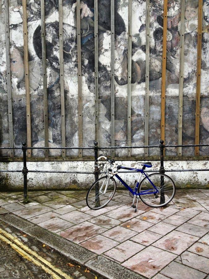 Graffitimuur met fiets in Plymouth stock afbeeldingen