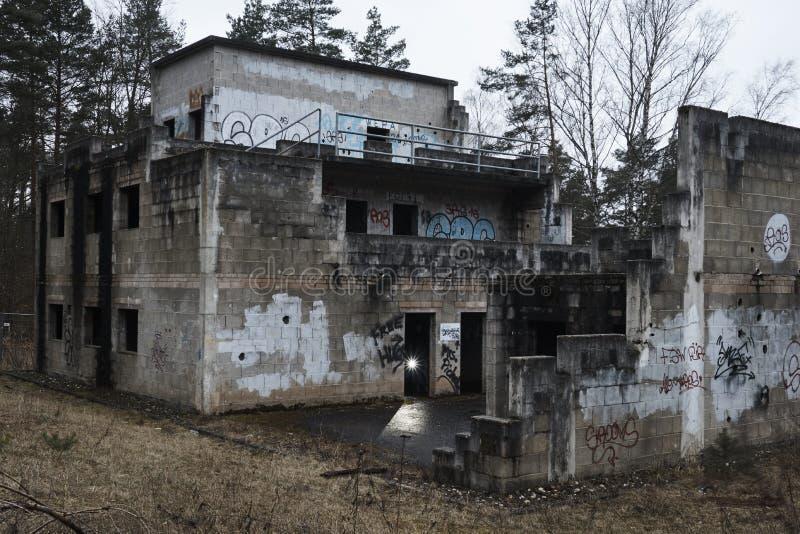 Graffitis em uma casa abandonada velha fotos de stock