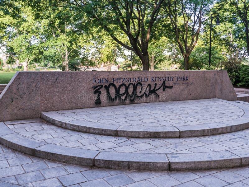 Graffitti на знаке парка Джон Фицджеральд Кеннеди, Кембридже, массе стоковое фото rf