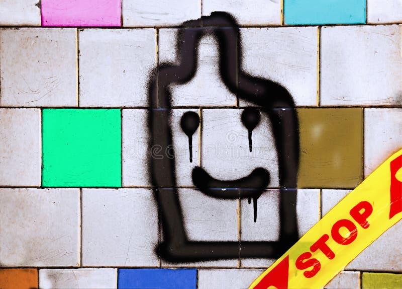 Graffitti del preservativo su una vecchia parete delle mattonelle con uno stopline fotografia stock