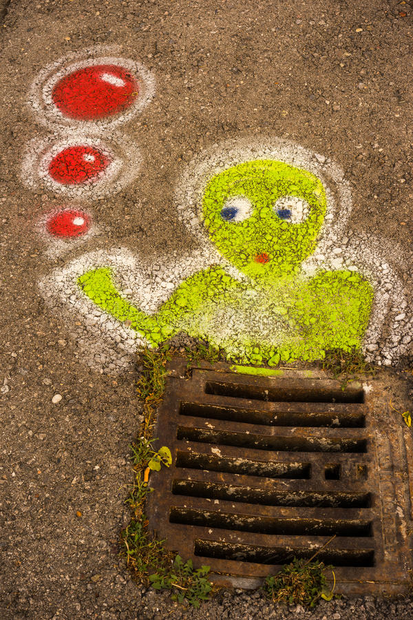 Graffitti ner avrinningen royaltyfri bild