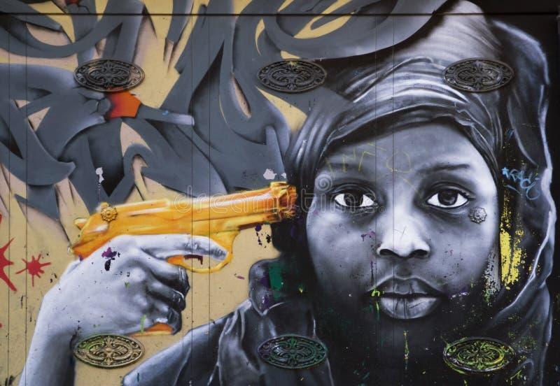 Graffitti sur une surface métallique avec un visage humain image stock