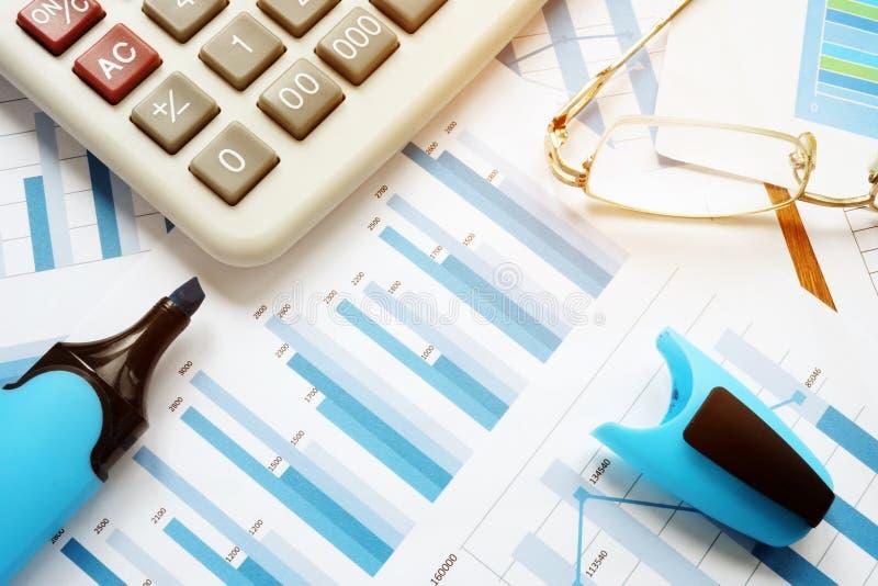 Grafici commerciali e rapporto di vendita Posto di lavoro dell'ufficio fotografia stock
