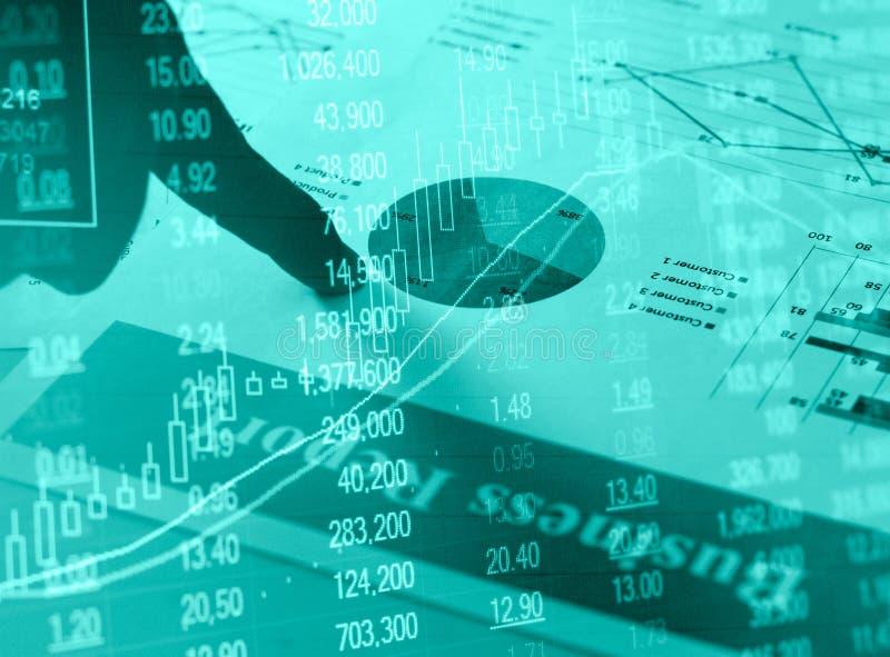 Grafici della carta della relazione di attività e grafici finanziari di investimento del mercato azionario con la mano fotografie stock