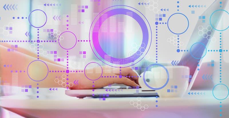 Grafici di Digital e griglie di esagono con la donna che per mezzo di un computer portatile immagine stock