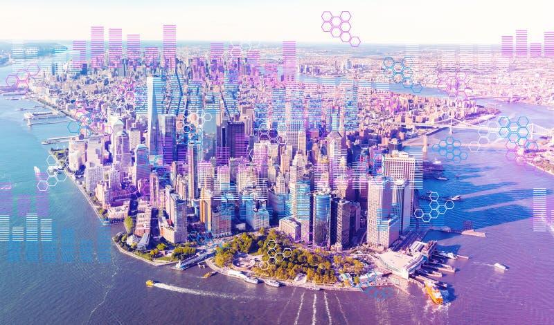 Grafici di Digital e griglie di esagono con la vista aerea di Manhattan fotografie stock
