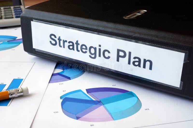 Grafici e cartella di archivio con il piano strategico dell'etichetta fotografie stock libere da diritti