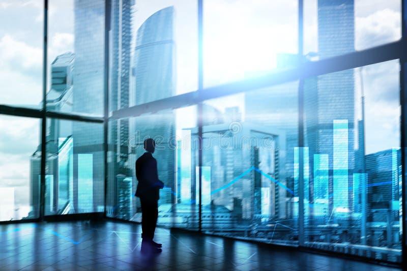 Grafici e grafici finanziari sul fondo vago del centro di affari Invesment e concetto commerciale fotografia stock libera da diritti