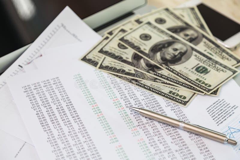 Grafici finanziari sulla tavola fotografia stock