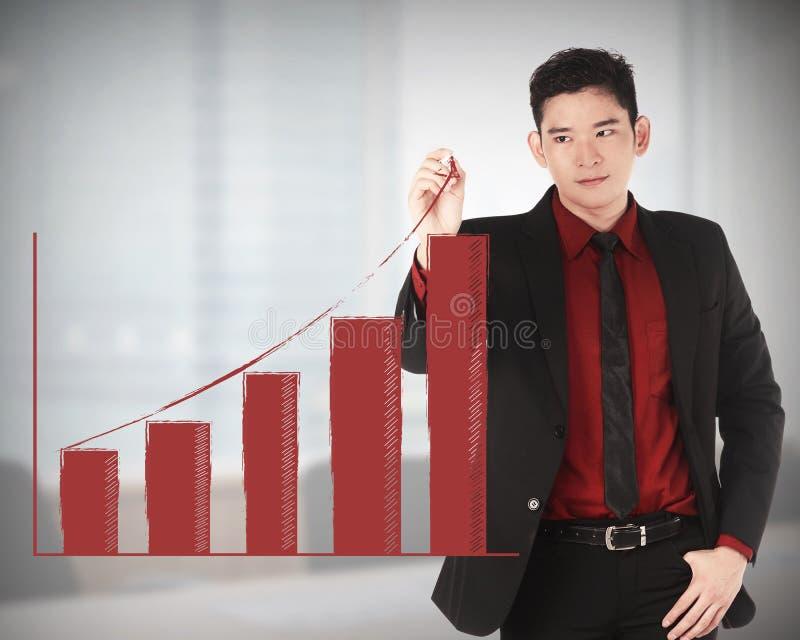 Grafico aumentante di tiraggio dell'uomo di affari fotografia stock