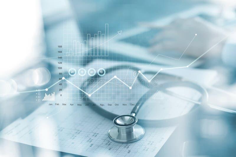 Grafico commerciale di sanità e esame medico ed uomo d'affari che analizzano i dati ed il grafico di crescita su fondo blured fotografie stock