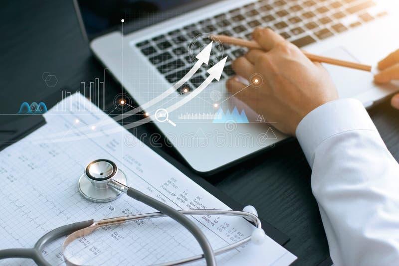 Grafico commerciale di sanità e esame medico ed uomo d'affari che analizzano i dati ed il grafico di crescita sul fondo del compu fotografia stock libera da diritti