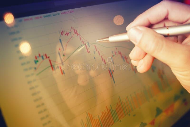 Grafico del mercato azionario sul computer portatile del monitor immagini stock libere da diritti