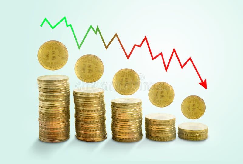 Grafico di caduta di concetto con bitcoin dorato sui minimi pastelli verdi immagini stock