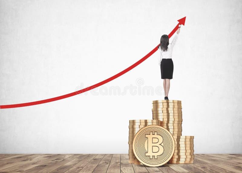 Grafico di crescita del bitcoin del disegno della donna di affari all'interno fotografia stock libera da diritti