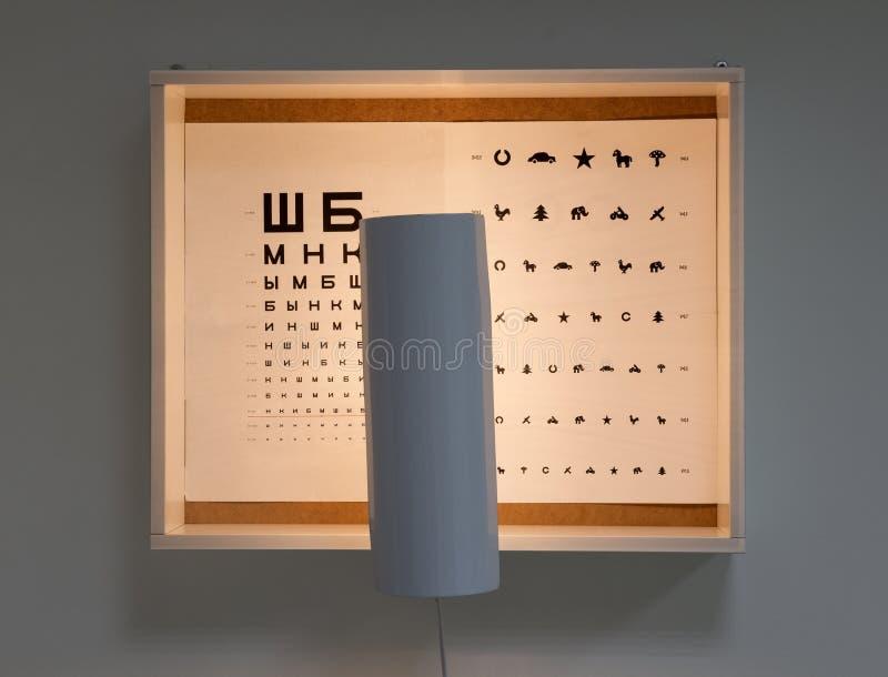 Grafico di occhio per i bambini nella scatola di legno con luce illustrazione di stock