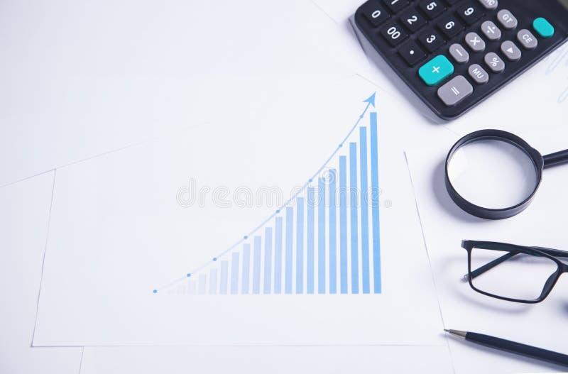 Grafico finanziario con gli oggetti business fotografie stock libere da diritti