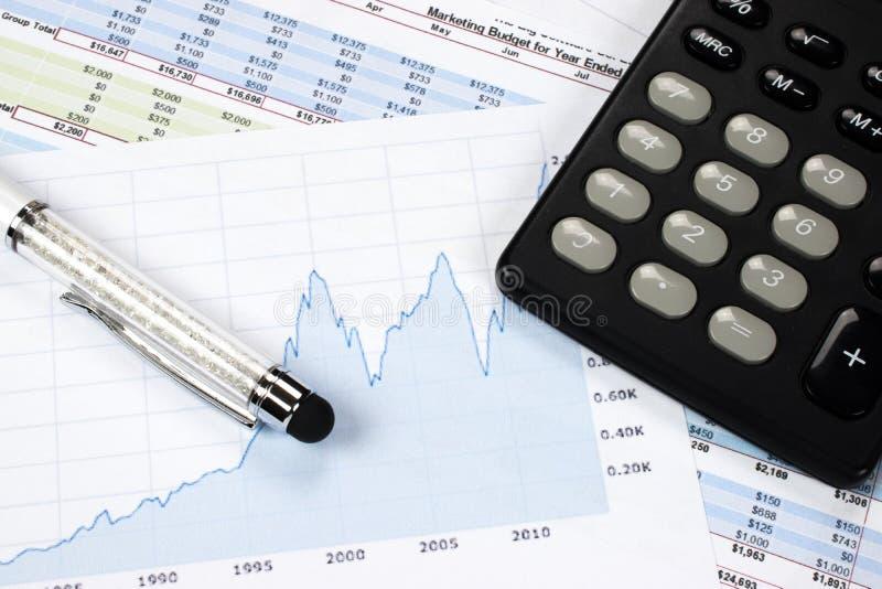 Grafico finanziario con la penna ed il calcolatore dello stilo fotografie stock libere da diritti