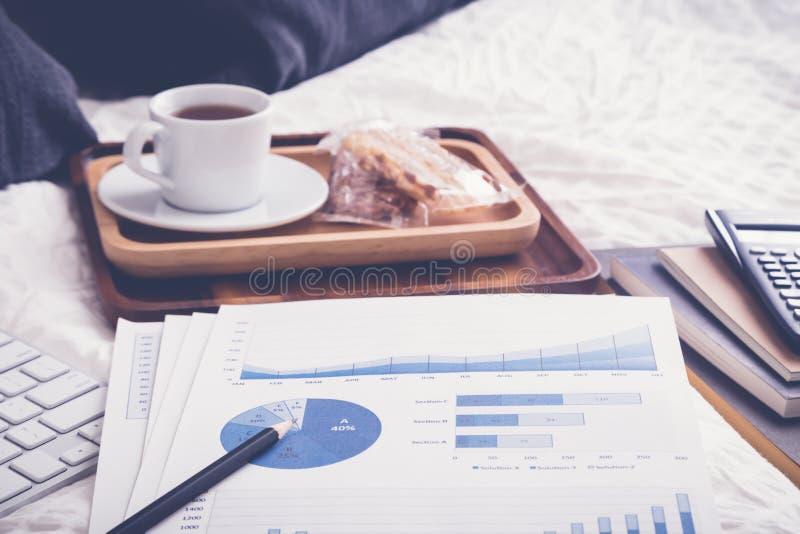 Grafico finanziario sul letto con la pausa tè, annata fotografie stock libere da diritti