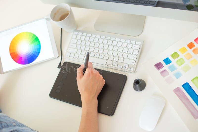 Grafico nell'ufficio Lavorando con la luce sul progetto Concetto di progetto di Web freelancer Arte fotografia stock libera da diritti