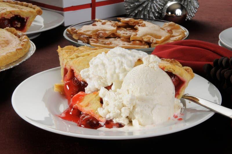Grafico a torta della ciliegia con il gelato immagine stock libera da diritti