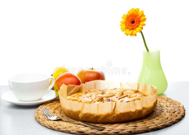 Grafico a torta di Apple, brocca di latte del Gerbera della mela e una tazza fotografia stock