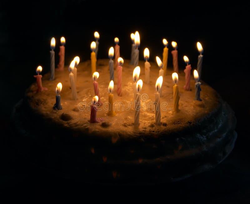 Grafico a torta di compleanno con le candele fotografia stock