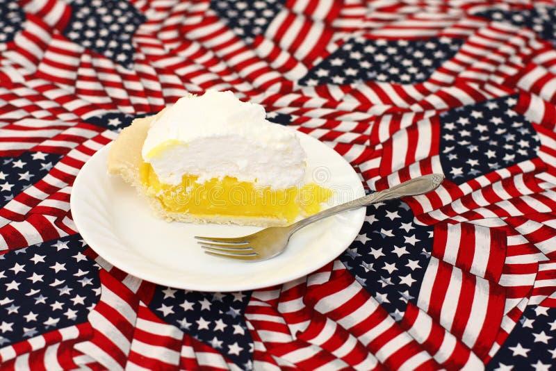 Grafico A Torta Di Meringa Di Limone Sulla Tovaglia Della Bandiera Americana Fotografia Stock