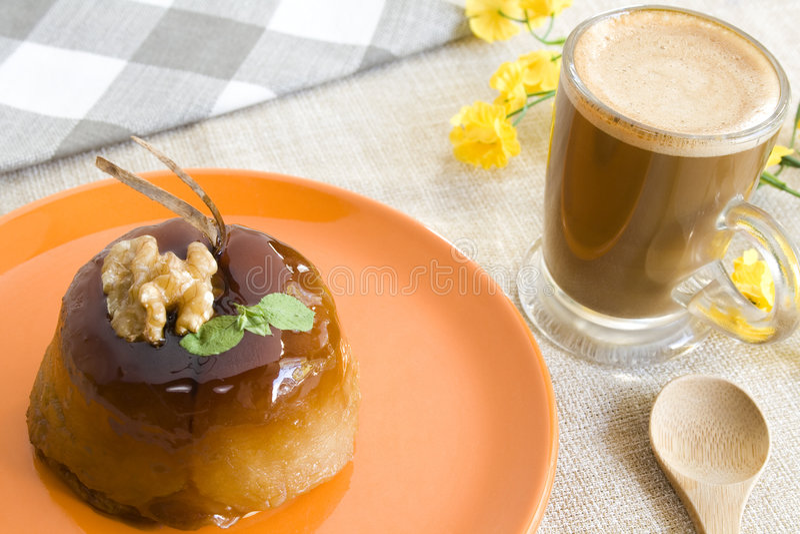 Grafico a torta e caffè di Apple fotografie stock