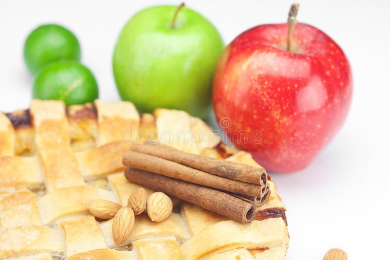Grafico a torta, mele, cannella e calce immagine stock libera da diritti