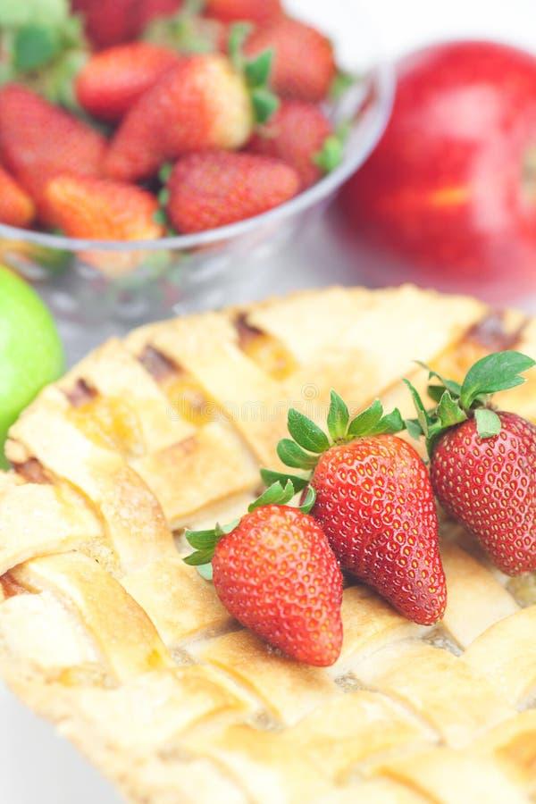 Grafico a torta, mele e fragole immagine stock libera da diritti