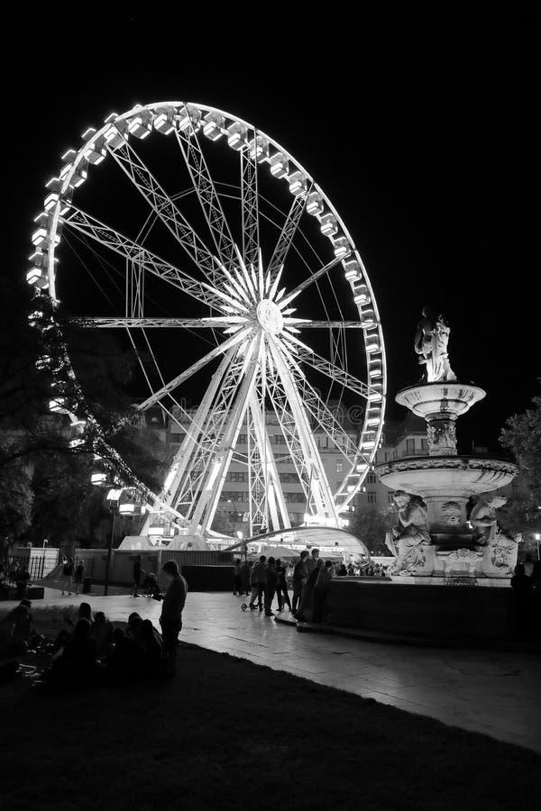 Graficzny widok Ferris koło i Danubius fontanna na Erzsébet kwadracie, Budapest, Węgry, Europa zdjęcie royalty free
