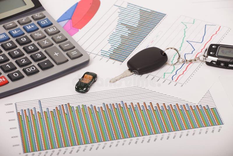 Grafiek met calculator en autosleutel royalty-vrije stock fotografie