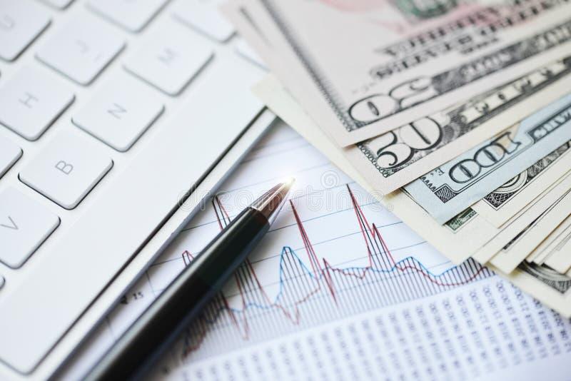 Grafiek met geld en pen die financiële evolutie voorstellen royalty-vrije stock fotografie