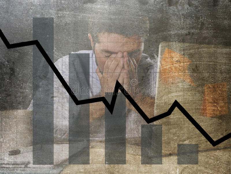 Grafiek van lage verkoop en failliet voorspellings grunge vuil samengesteld ontwerp met vermoeide gefrustreerde zakenman stock foto's
