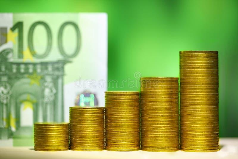Grafiek van muntstukken Het financiële geld van het de groeiconcept 100 euro rekeningen i stock foto's